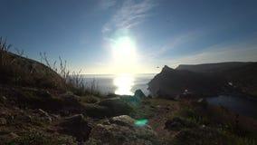 De zon dacht in het zeewater op een de herfstdag na stock footage