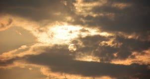 De zon in de donkere wolken Mystieke achtergrond Stock Foto's