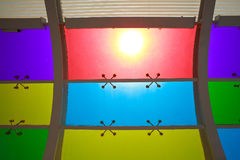 De zon is de glanzende vensters van het kleurenglas van achtergrond Royalty-vrije Stock Afbeeldingen