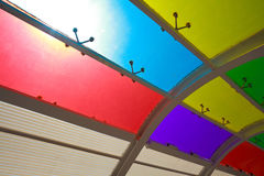 De zon is de glanzende vensters van het kleurenglas van achtergrond Stock Afbeelding