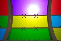 De zon is de glanzende vensters van het kleurenglas van achtergrond Royalty-vrije Stock Fotografie