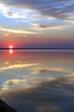 De zon, de wolken en het water stock afbeelding