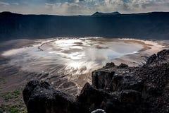 De zon denkt in water van het meer op de bodem van de Al Wahbah-krater na, Saudi-Arabië royalty-vrije stock afbeelding