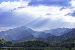 De zon die door de wolken aan de bomen op de berg in Suan phueng van Ratchaburi in Thailand glanzen royalty-vrije stock afbeeldingen