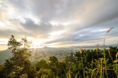 De zon die op Berglandschap glanzen Stock Afbeeldingen