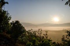 De zon die op Berglandschap glanzen Stock Afbeelding