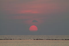 De zon die over het overzees aan Karimunjawa-eiland plaatsen Royalty-vrije Stock Foto's
