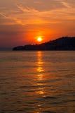 De zon die over Igrane, Kroatië plaatsen Stock Afbeeldingen