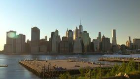 De zon die over New York van de binnenstad plaatsen stock video