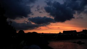 De zon die over de Rivier Theems plaatsen stock videobeelden
