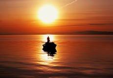 De zon en de boot stock foto's