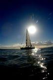 De zon en een zeilboot royalty-vrije stock foto
