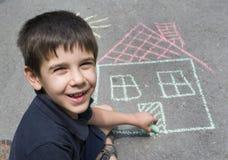 De zon en het huis van de kindtekening op asphal royalty-vrije stock afbeeldingen