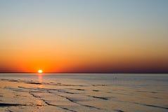 De zon gaat onderaan over het overzees stock afbeelding