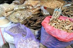 In de zon gedroogd voedsel bij de lokale markt in Katmandu, Nepal Stock Foto