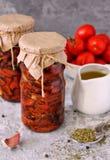 In de zon gedroogde tomaten, groenten, stilleven, Witte achtergrond Royalty-vrije Stock Fotografie