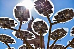 De zon geeft energie aan de zonnepanelen en verlicht de moskee Stock Afbeelding