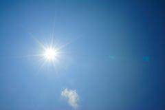 De zon glanst in blauwe hemel stock afbeelding