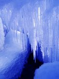 De zon glanst door ijskegels Stock Afbeelding