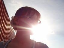 De zon glanst door lichaam en gezicht van vrouw Het genieten van de van zomer en su stock fotografie