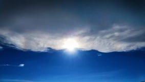 De zon glanst door wolken Royalty-vrije Stock Afbeeldingen