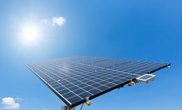 De zon glanst op Zonnepaneel royalty-vrije stock foto