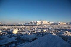 De zon glanst over noordpoolfjord Stock Foto