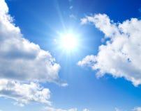 De zon gloeit tussen wolken Stock Afbeelding