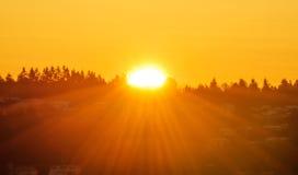 De zon neemt in een de winterochtend toe Stock Afbeeldingen