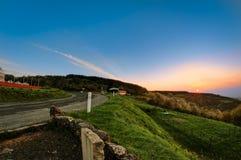 De zon neemt onder de heuvel, Beaujolais, Frankrijk toe Stock Foto's