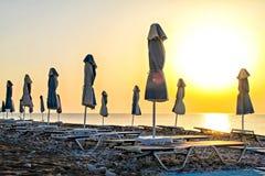 De zon onder paraplu bij het overzees Stock Foto's