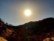 De zon is op de berg stock foto's