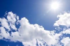 De zon op blauwe hemel Royalty-vrije Stock Foto's