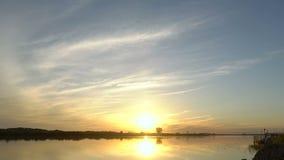 De zon plaatst door het meer in de avond stock videobeelden