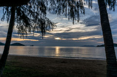 De zon plaatst door het strand en het overzees, Mak Island Ko Mak Stock Fotografie