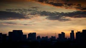 De zon plaatst in het kapitaal met vele gebouwen stock afbeelding