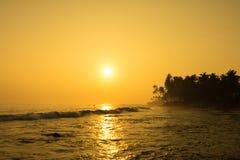 De zon plaatst op Horizon bij Zonsondergang Zonsopgang over Overzees of Oceaan Royalty-vrije Stock Foto's