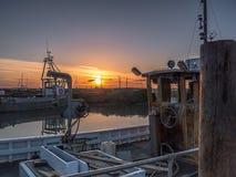 ` De zon regelt op de Vissersboten ` Royalty-vrije Stock Afbeeldingen