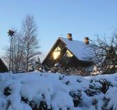 De zon` s stralen in het de wintervenster Stock Fotografie
