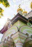 De zon` s stralen vallen op de kerk Stock Foto's