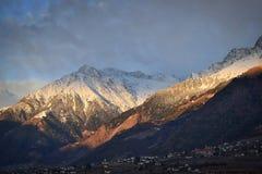 De zon streelt de bergen Royalty-vrije Stock Fotografie