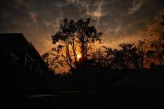 De zon treen de schaduw van de hemelwolk stock foto