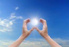 De zon van de hand en blauwe hemel Stock Fotografie