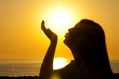 De zon van de het silhouetkus van de vrouw Stock Foto's