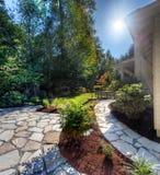 De zon van de middag op tuin in de voorsteden royalty-vrije stock afbeelding