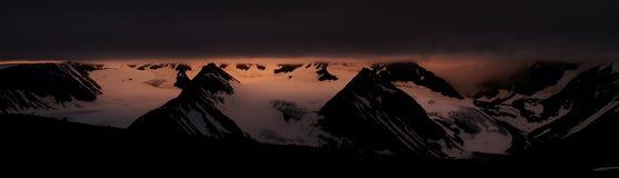 De zon van de middernacht over de piek Kebnekaise Royalty-vrije Stock Afbeelding