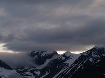 De zon van de middernacht over de sneeuwbergen Stock Fotografie