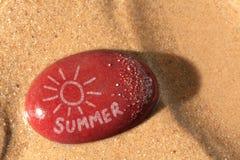 De zon van de zomer op een kiezelsteenstrand Stock Foto's