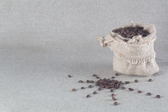 De zon van koffiebonen en jutezak met koffiebonen Stock Foto