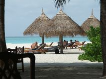 De zon van mensen het baden op een strand Stock Afbeeldingen
